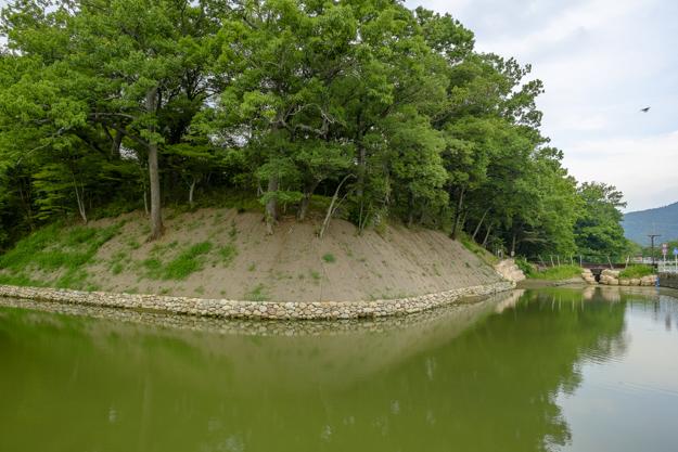 武田信玄の館「躑躅ヶ崎館」の堀および土塁