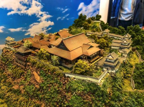 仙台青葉城。巨大な御殿と、城下に見せるように崖に築かれた懸造(かけづくり)の建物に注目。