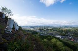 美作三星城(岡山)。比高150mの山頂は木々が伐採され城下町が一望。当時はこんな眺望だったのか。斜面も急でめちゃ怖い!
